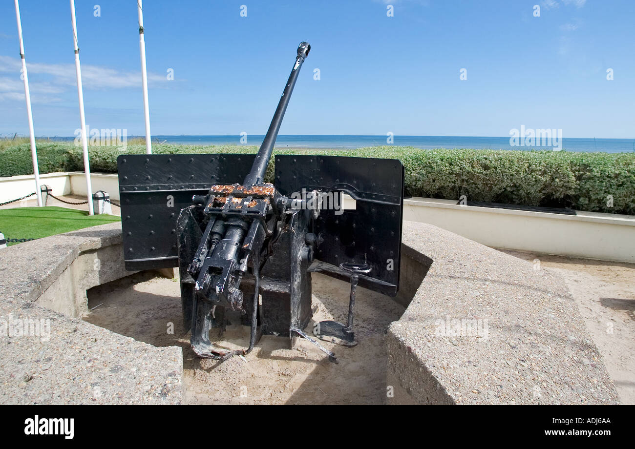 German World War 2 field gun at Utah Beach, Normandy, France - pointing out onto the beach and sea - Stock Image