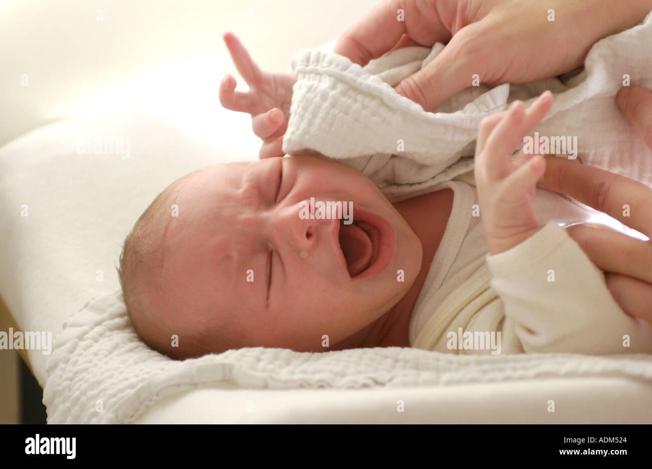 Parent Drying Newborn Baby Towel Stock Photos & Parent Drying ...
