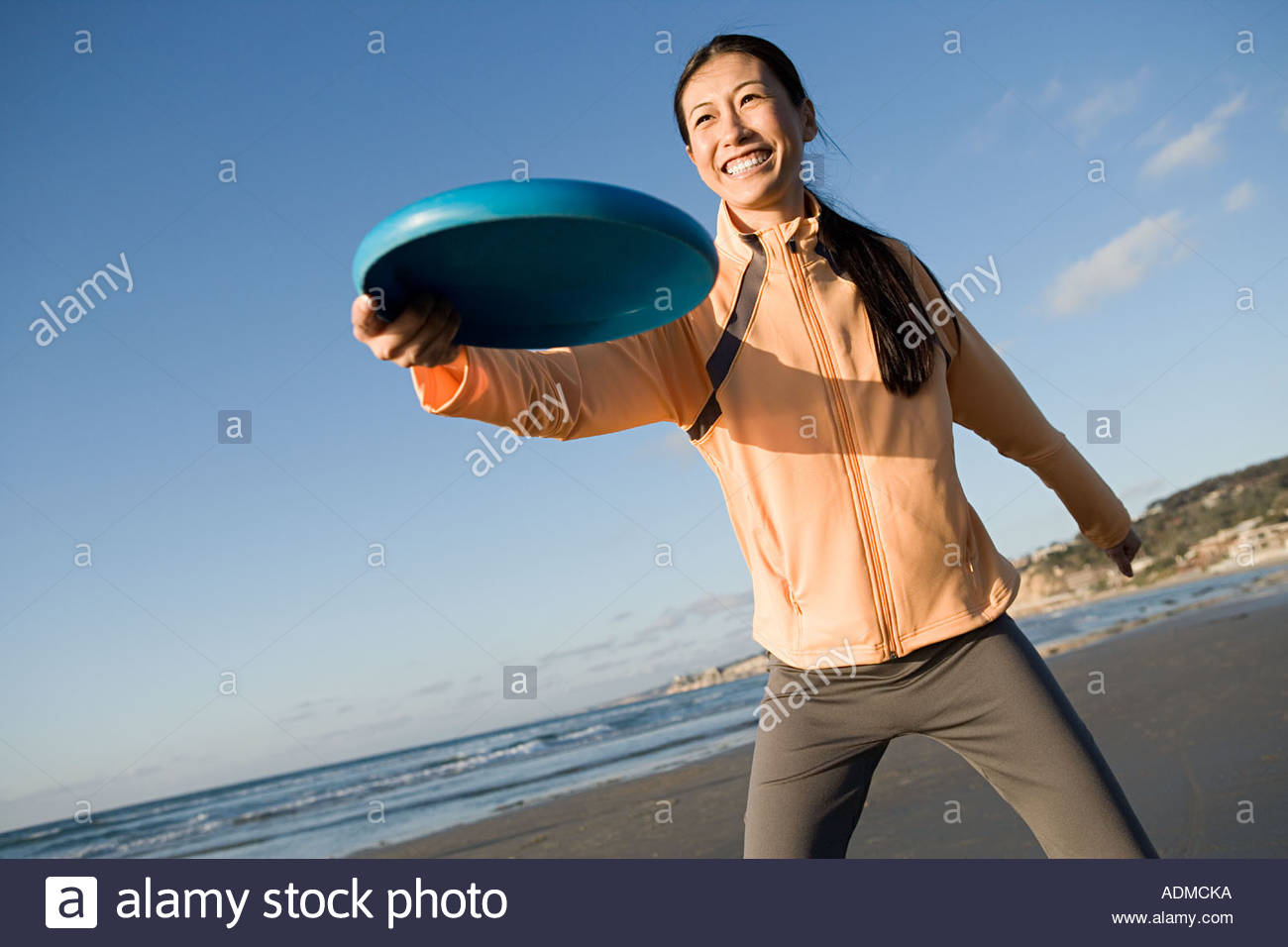 Woman throwing flying disc - Stock Image