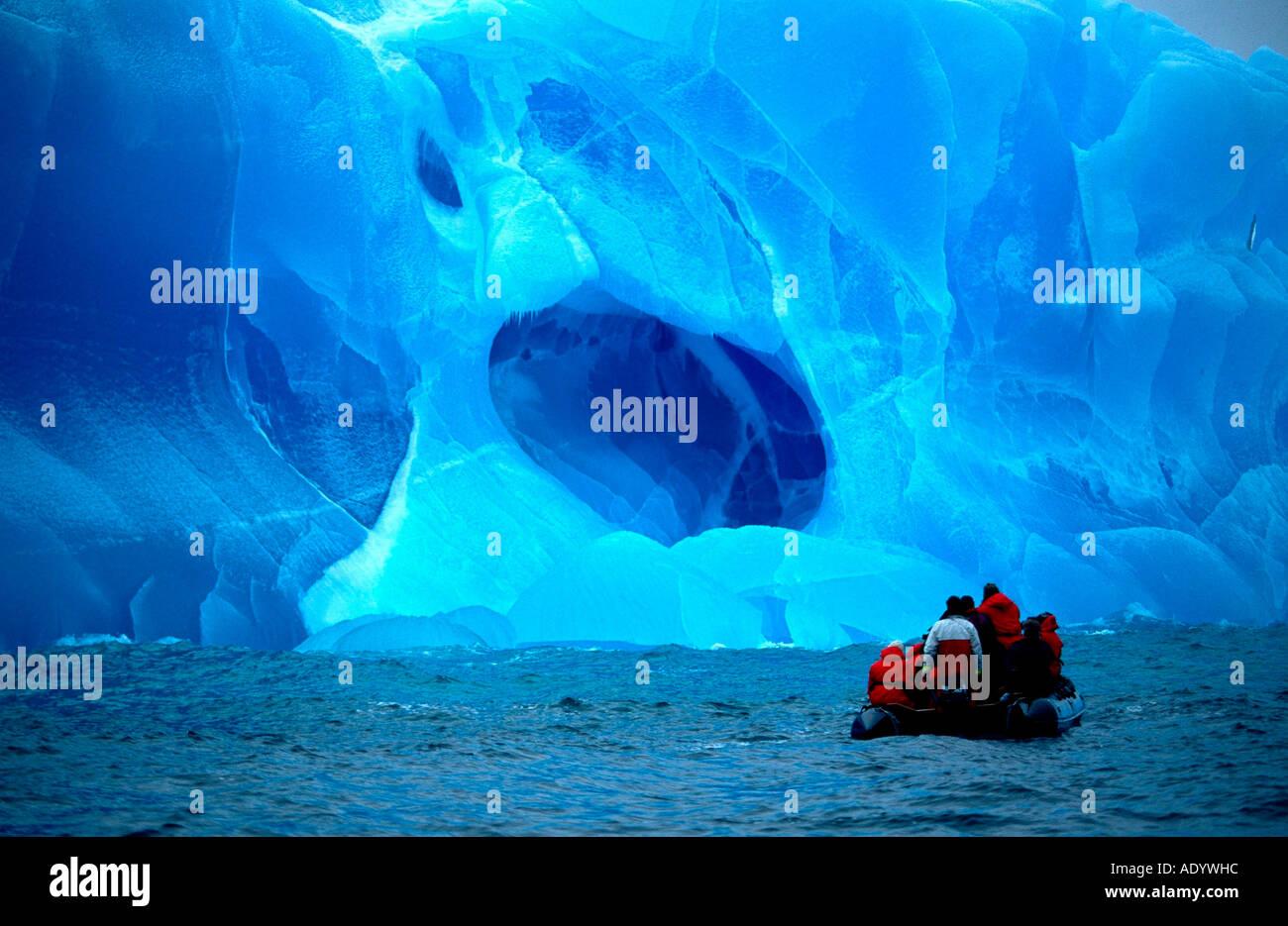 Boot vor Blauem Eisberg in der Weddel See zwischen den Süd Sandwich Inseln und Südgeorgien - Stock Image
