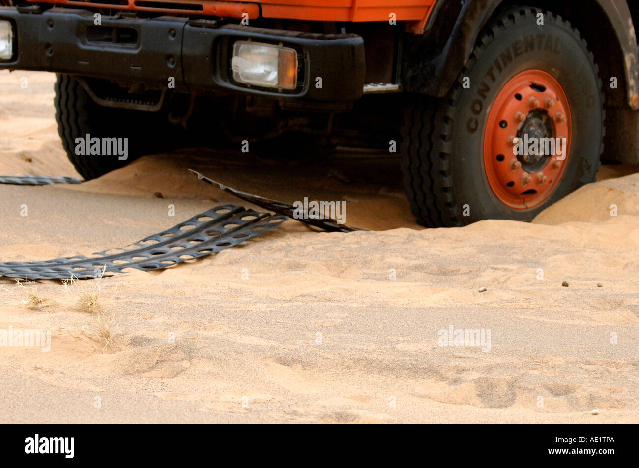 An overlander being baled out of some tricky soft sand - Stock Image
