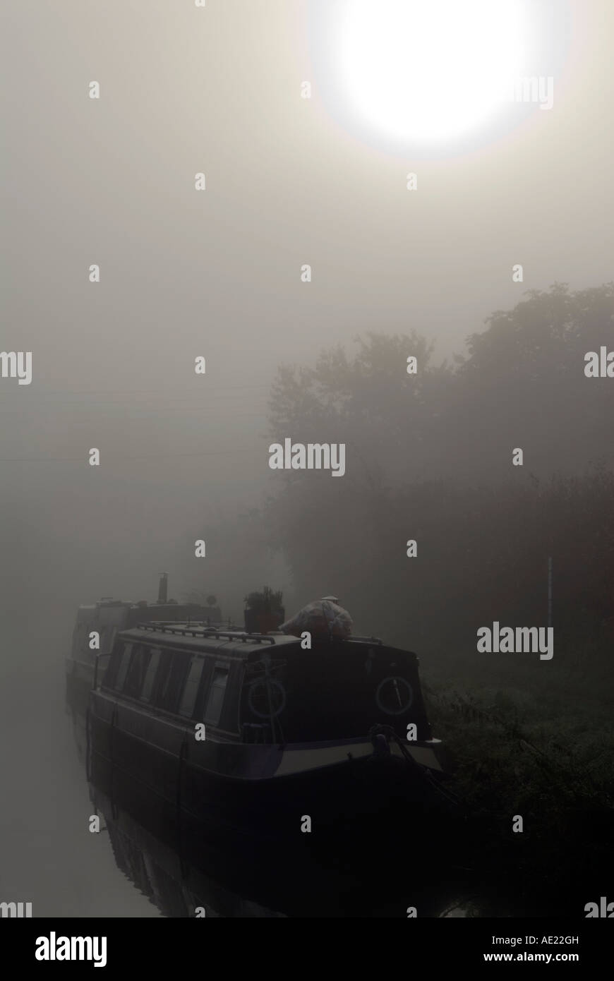 PICTURE CREDIT Doug Blane Moored narrowboat on a misty moring on the kennet and avon canal Stock Photo