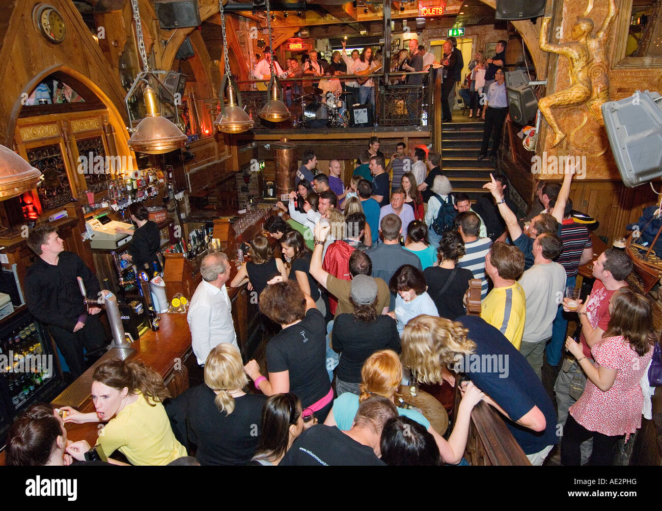 Party time and live music downstairs at The Quais pub on Quay Street in Galway city's lively Spanish Arch district. - Stock Image