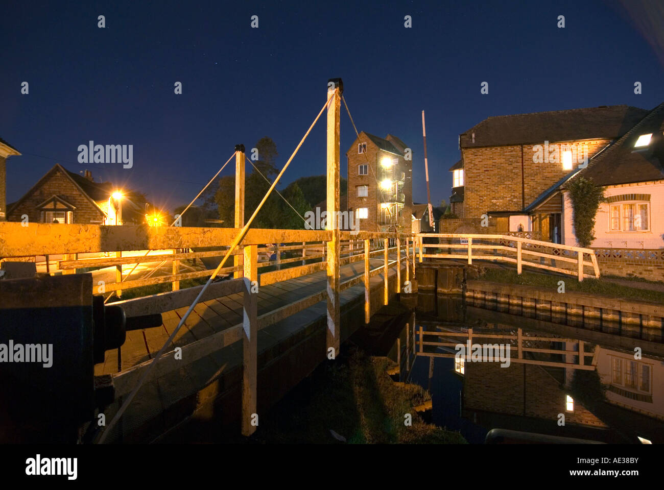 PICTURE CREDIT Doug Blane Swing bridge at night in Newbury on the kennet and avon canal Stock Photo