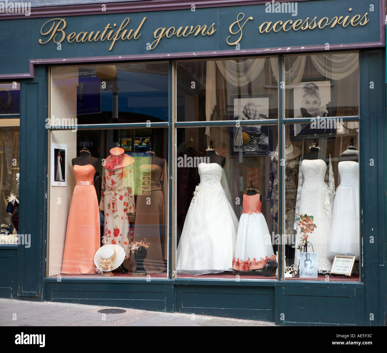 5887af5a7 BRIDAL GOWN ON MANNEQUIN IN SHOP WINDOW DISPLAY - Stock Image