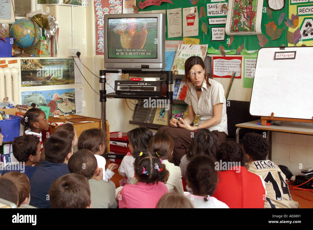 Primary school children watching television educational programme - Stock Image