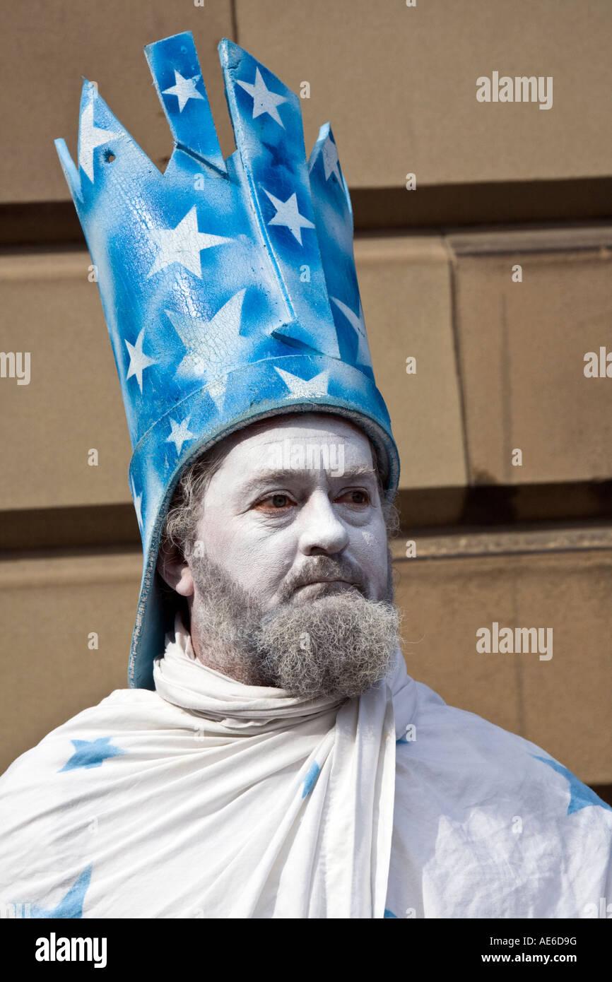 The wish wizard living statue at the Edinburgh festival fringe Royal Mile, Scotland. - Stock Image