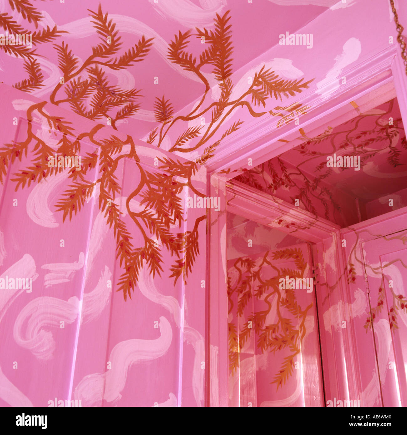 pink and gold hand-painted walls and ceiling by artist Carolinda Tolstoy - Stock Image