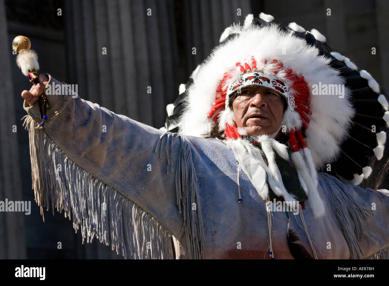 American Indian Chief at the Edinburgh festival fringe Princes Street, Scotland. - Stock Image