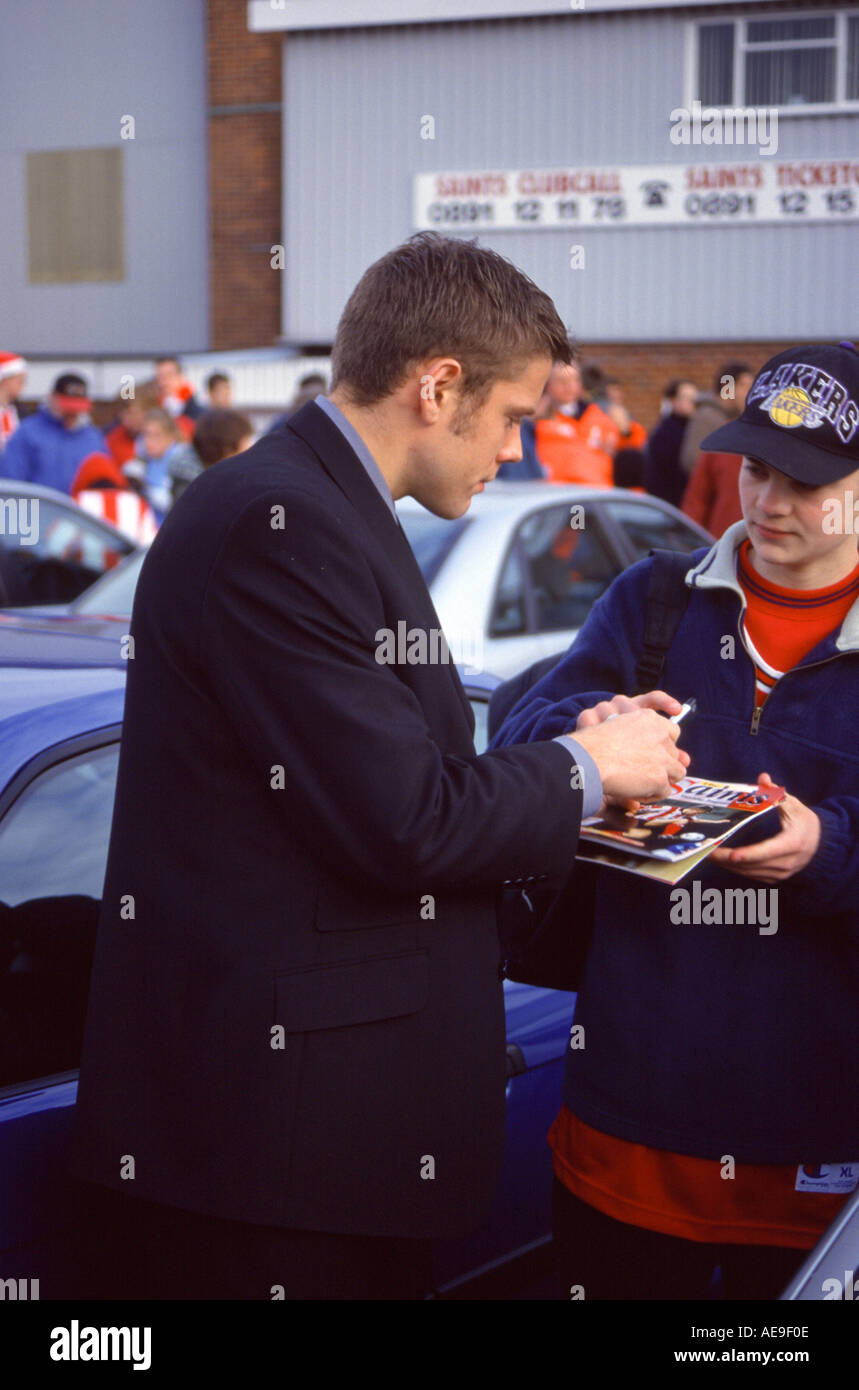 FORMER SOUTHAMPTON AND ENGLAND STRIKER JAMES BEATTIE SIGNING AUTOGRAPHS FOR FANS IN THE CAR PARK OF THE DELL, SAINTS` EX GROUND - Stock Image