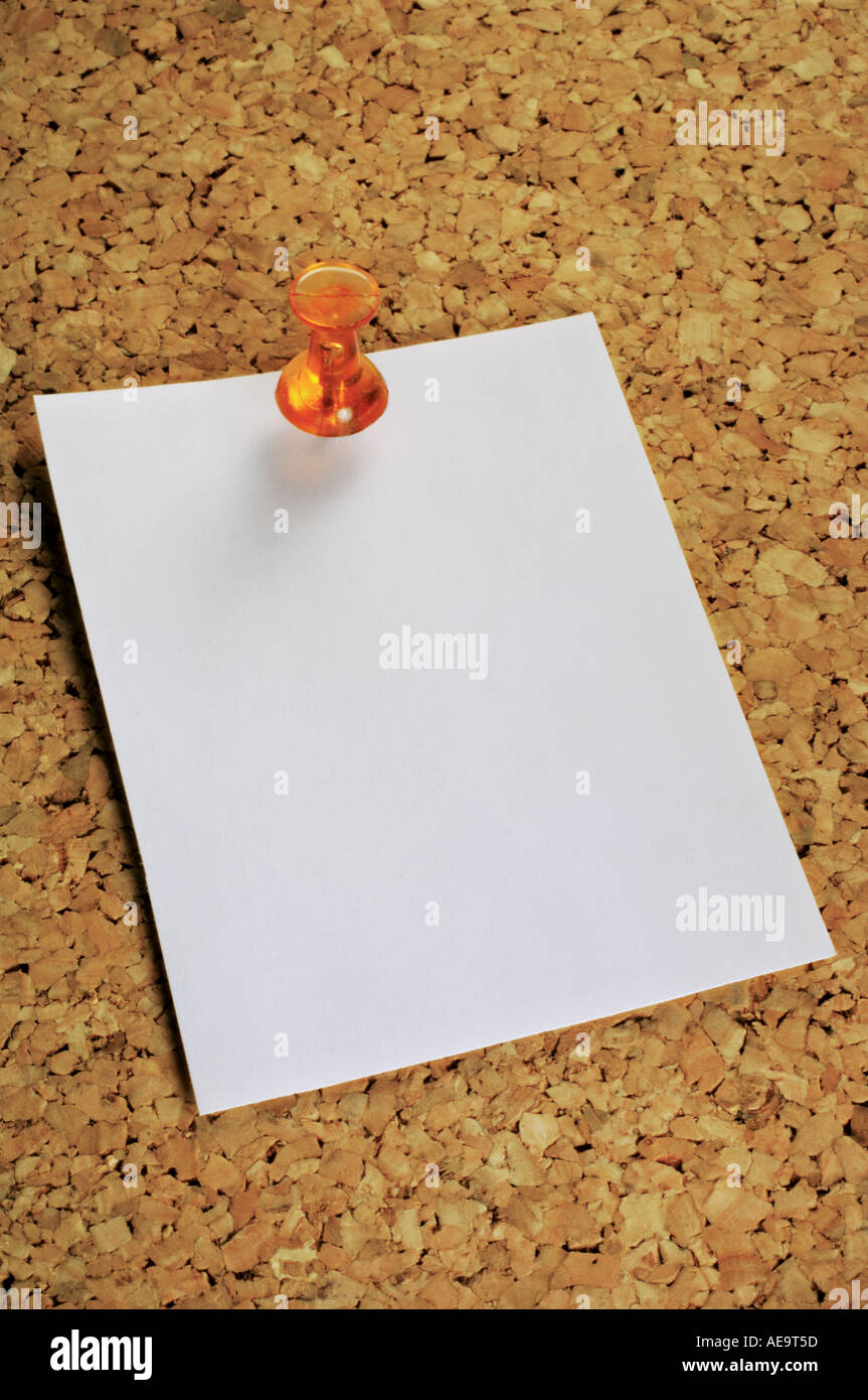 memo pinned on cork noticeboard - Stock Image