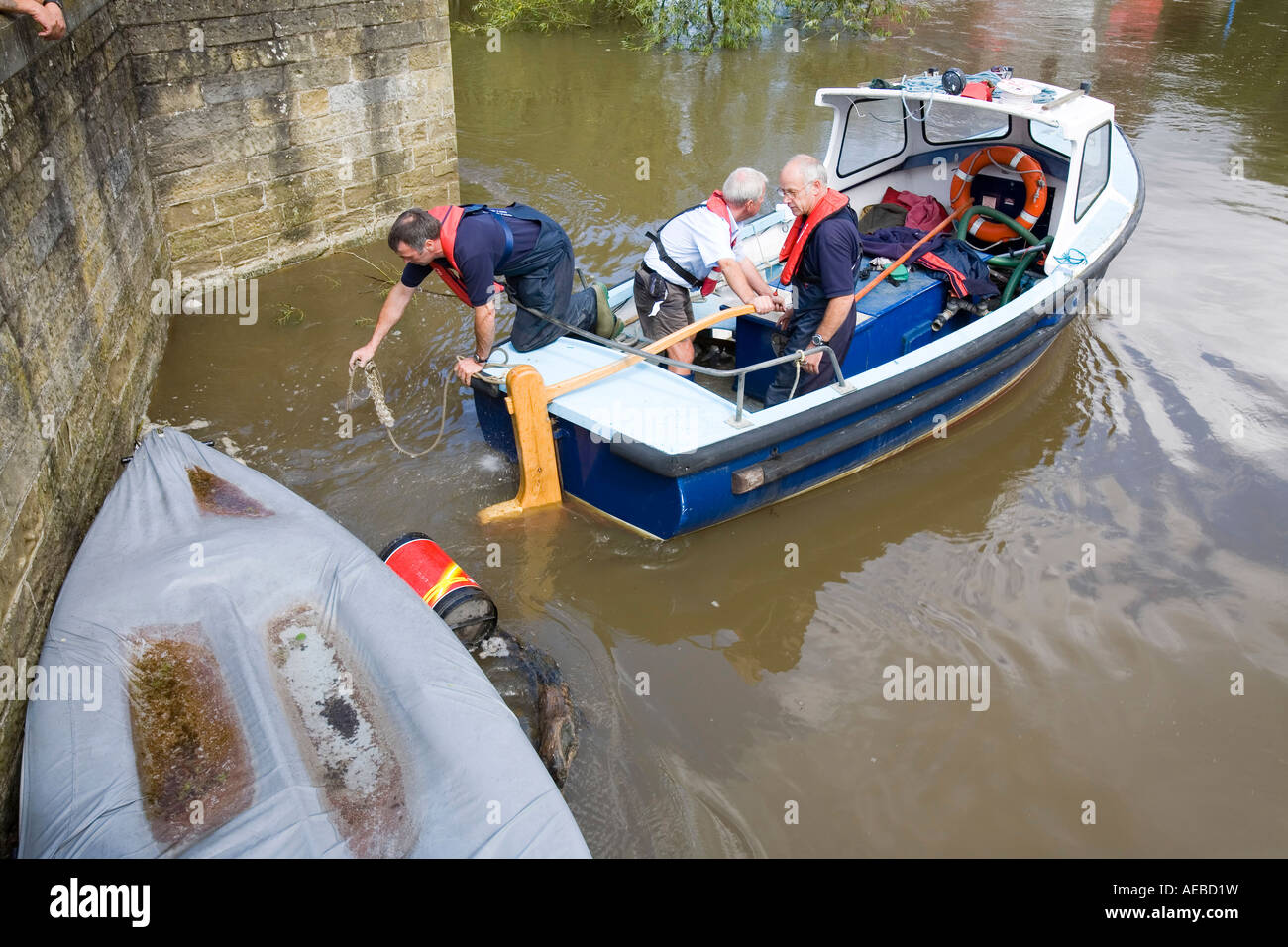 Rescuing a boat washed away against a bridge in Tewkesbury - Stock Image