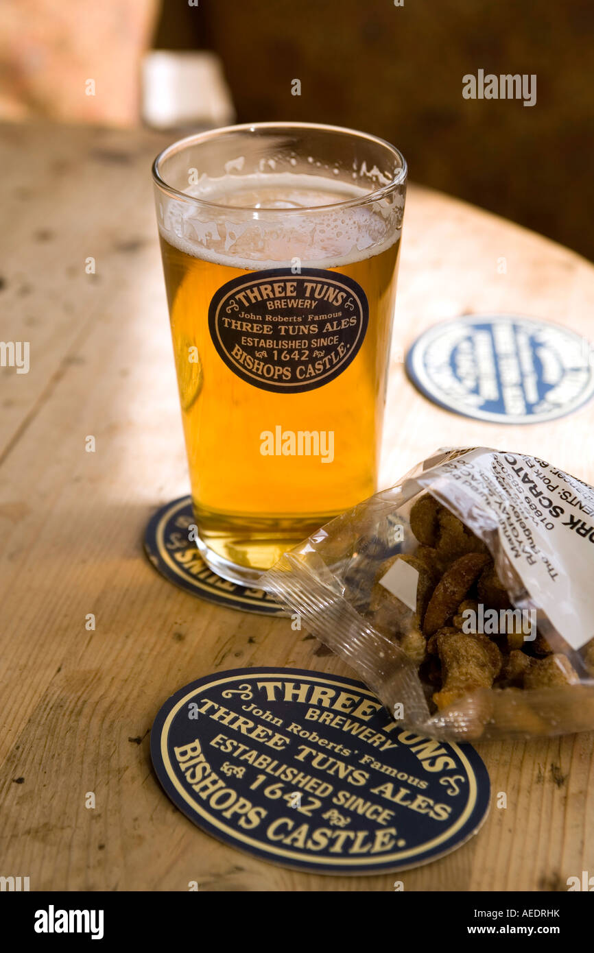 UK Shropshire Bishops Castle Salop Street Three Tuns Inn Ma Pardoes brew pub beer and pork scratchings - Stock Image