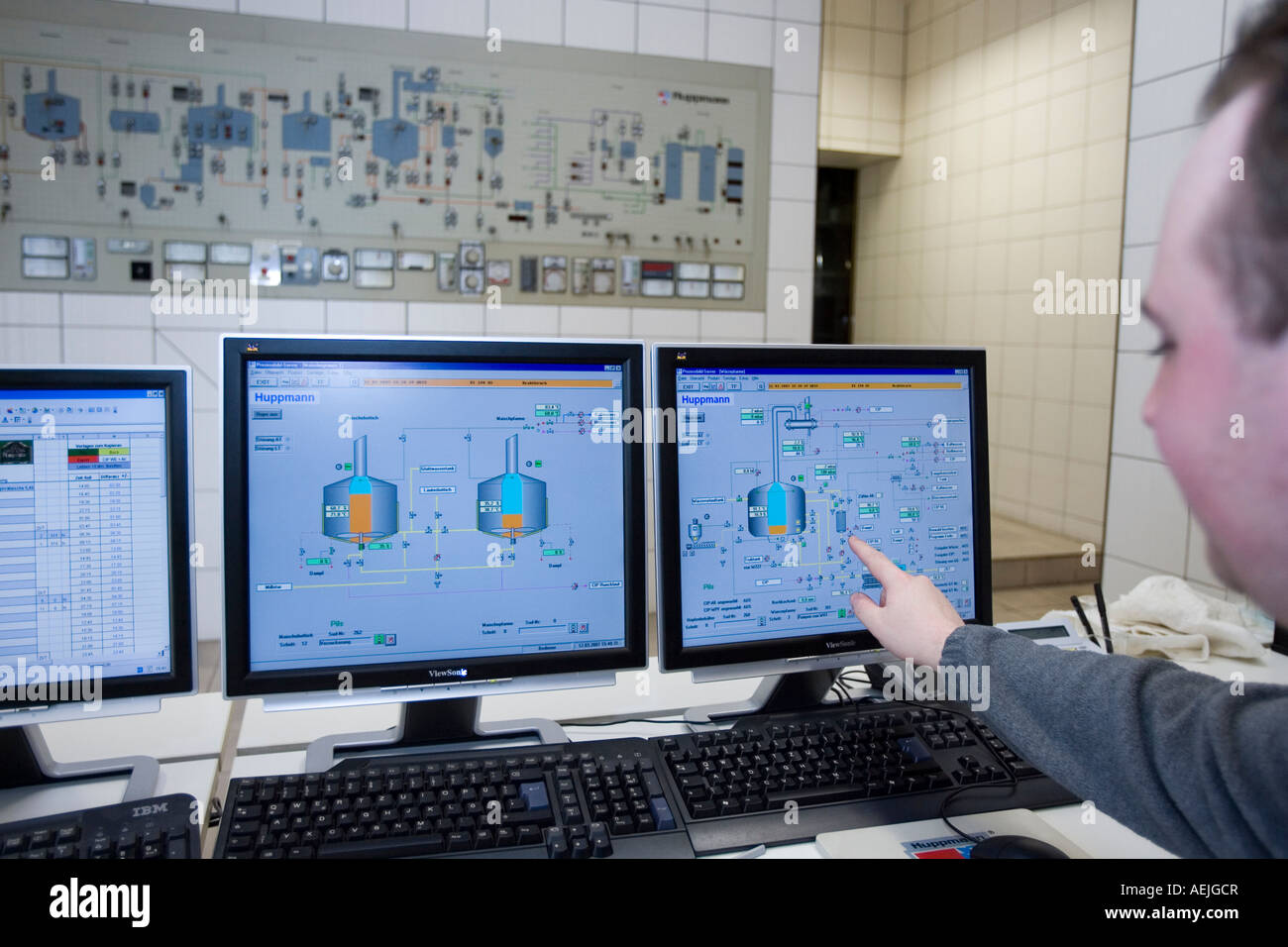 A brewer at the general monitoring of the brewing process of the Pfungstaedter brewery, Hessen, Germany. - Stock Image