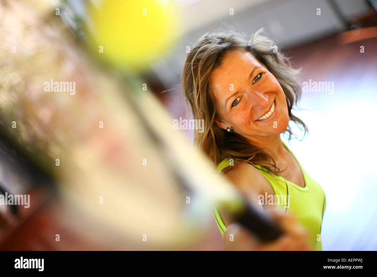 Junge Frau spielt mit Tennisschlaeger und Tennisball , Woman with tennisracket and tennisball - Stock Image