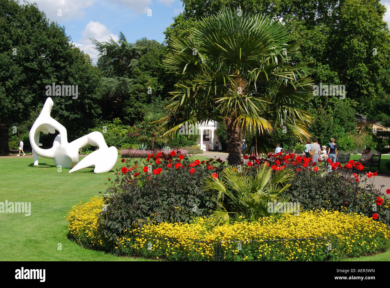 Henry Moore sculpture on lawn, Royal Botanical Gardens, Kew, Greater London, England, United Kingdom - Stock Image