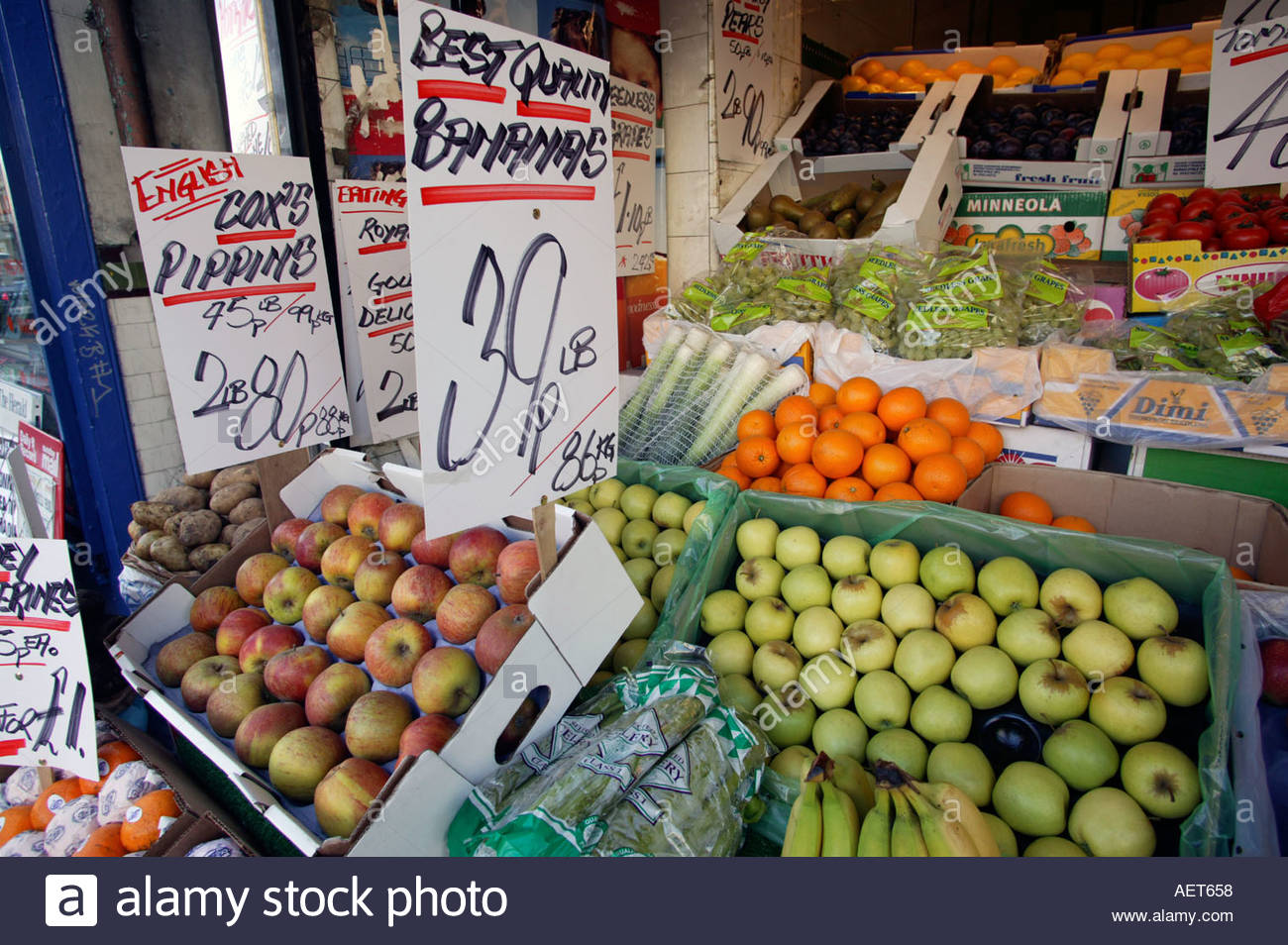 Traditional greengrocer shop Partick West End of Glasgow Scotland poor area with high unemployment - Stock Image