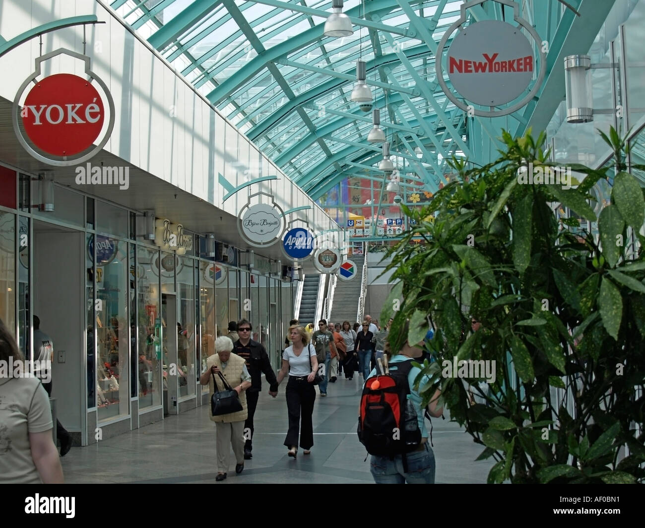 customers in vitreous passage in shopping centre center City Center in Essen - Stock Image