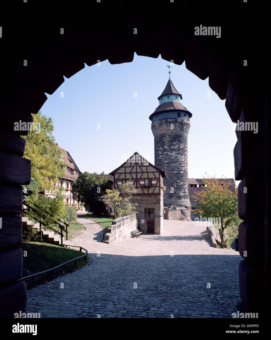 Nürnberg, Burg, Blick durch den Torbogen auf den Innenhof Stock ...