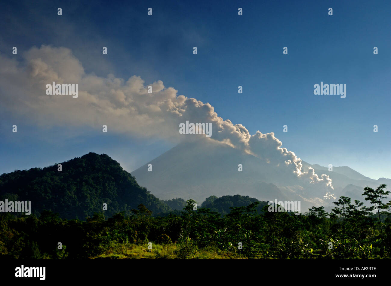 Keteb 10062006 Indonesia s Mount Merapi has been showing increasing activity emitting large gas clouds and sending more than 15 - Stock Image