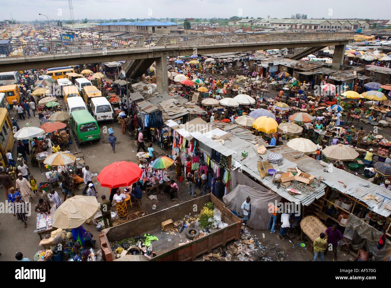 Nigeria Lagos People at market in Oshidin district - Stock Image