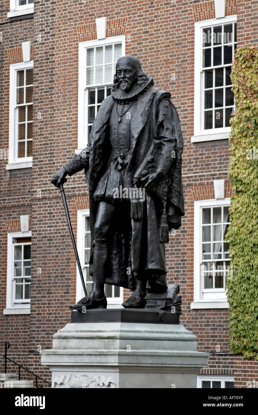 Statue in Grey s Inn Square Inns of Court with barrister s chambers London WC1 England Law and legal workplace - Stock Image