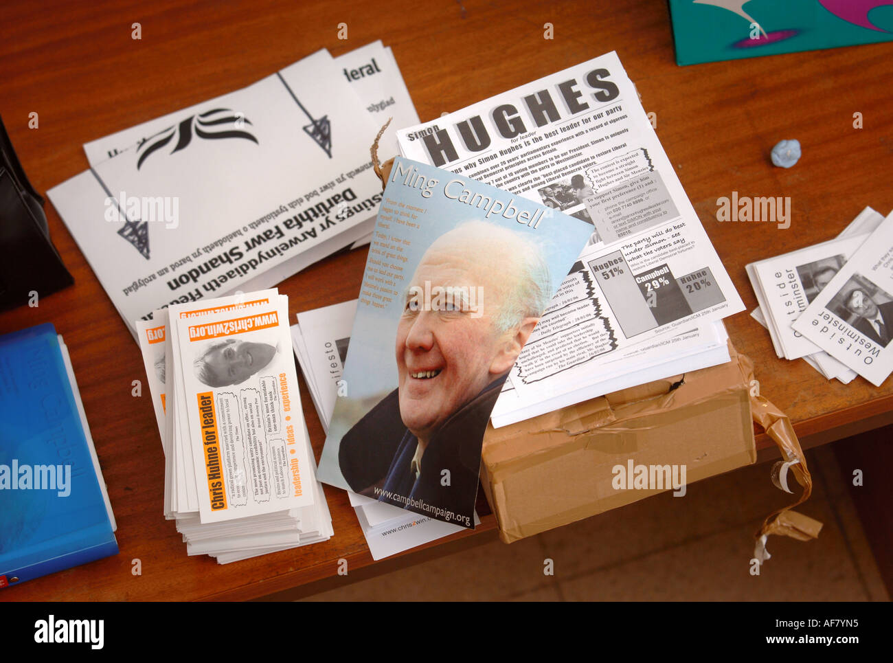 PAMPHLETS PROMOTING THE LIBERAL DEMOCRAT LEADERSHIP CONTENDERS L R SIR MENZIES CAMPBELL SIMON HUGHES AND CHRIS HUHNE - Stock Image