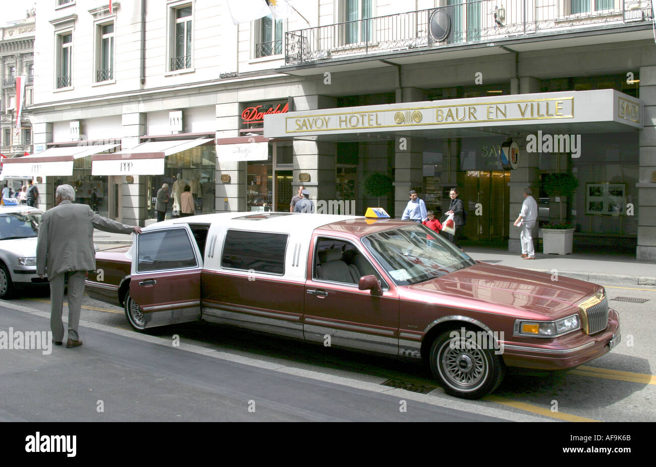 Stretch Limousine in front of Savoy Hotel in Zurich - Stock Image
