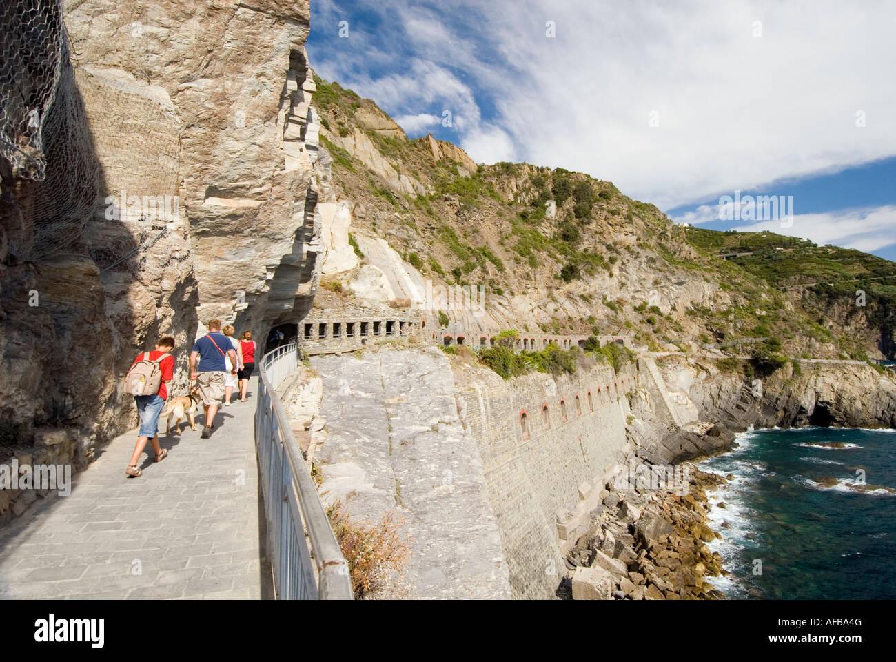 Via Dell Amore trail between the villages of Manarola and Riomaggiore Cinque Terre Italy - Stock Image