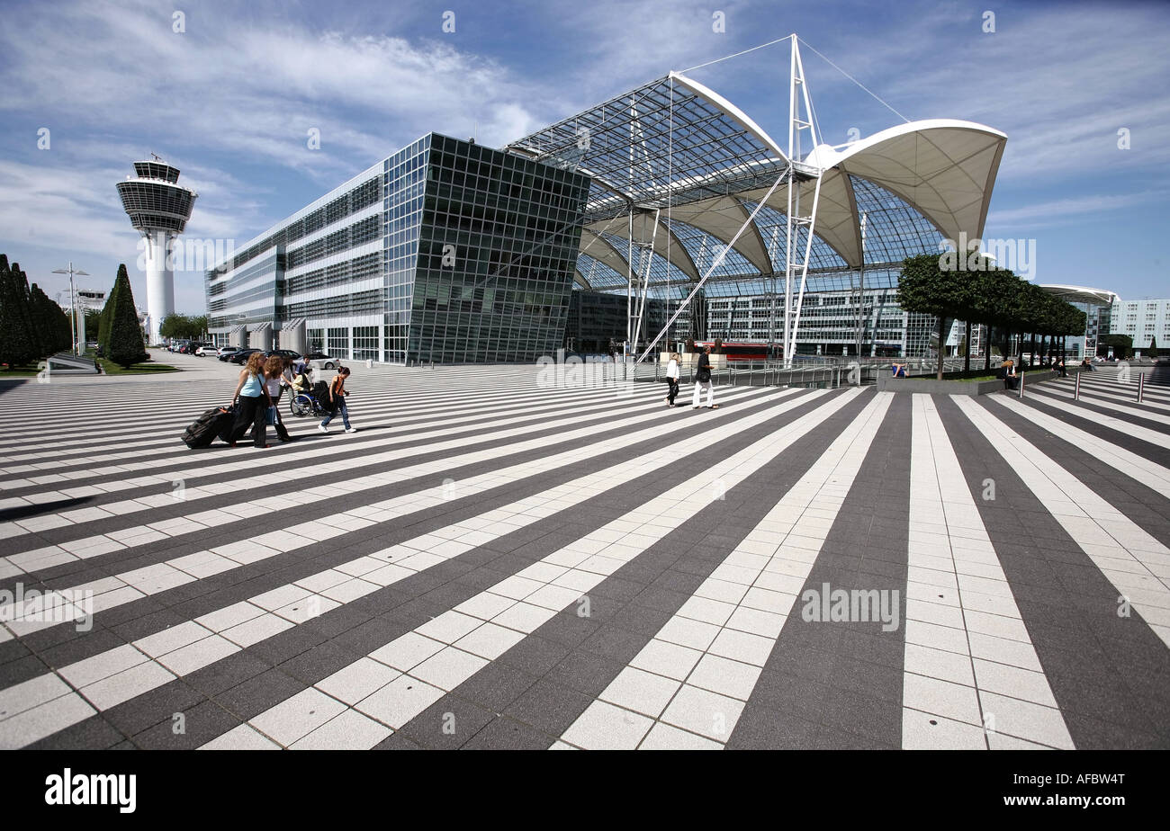 Illustration Airport: Travelers in front of Terminal 2 at Munich Airport Muenchen Airport, am 04.09.2007 - Stock Image