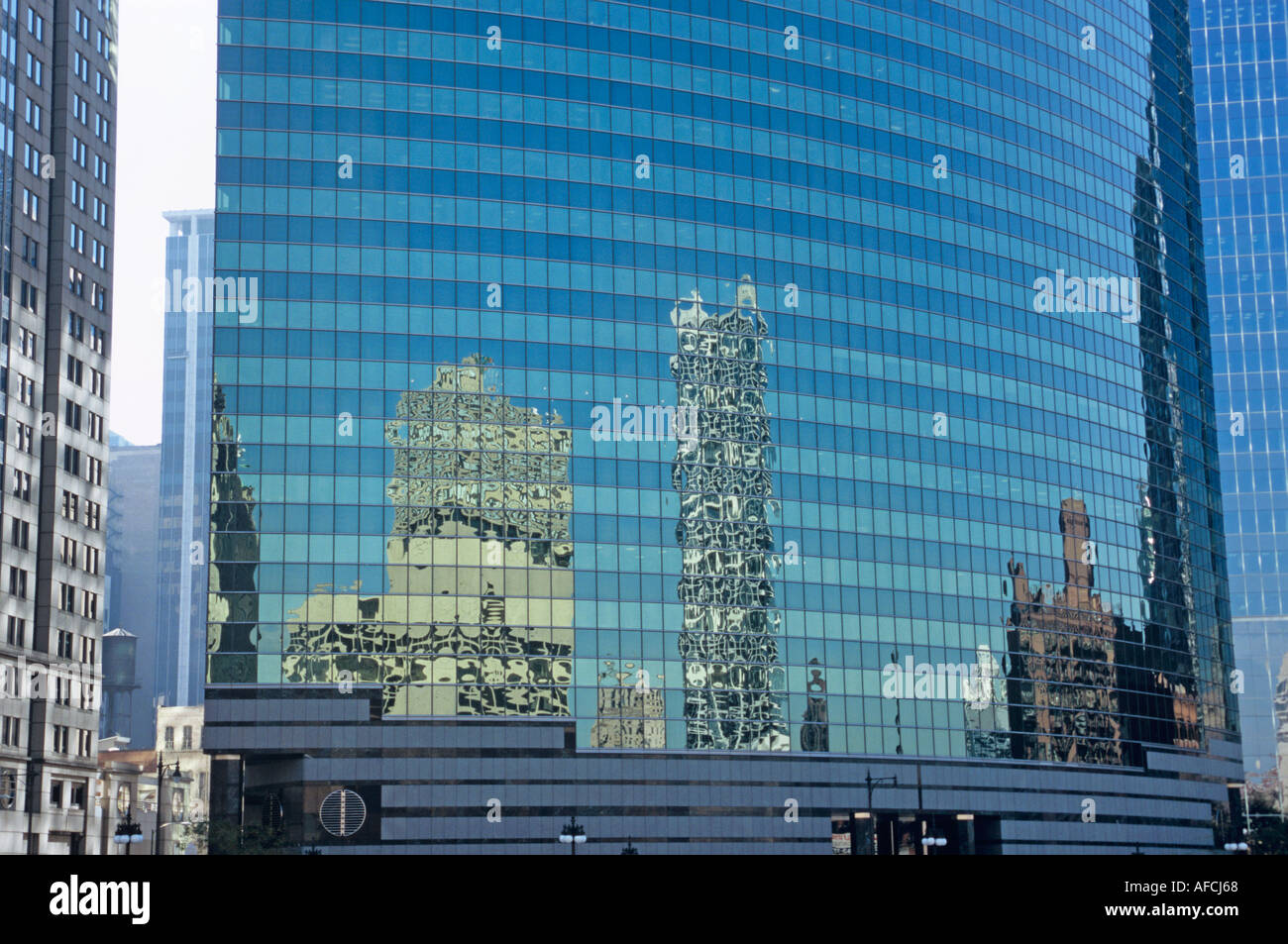 333 West Wacker Drive in Chicago, its curved glass surface enhanced by reflections - Stock Image