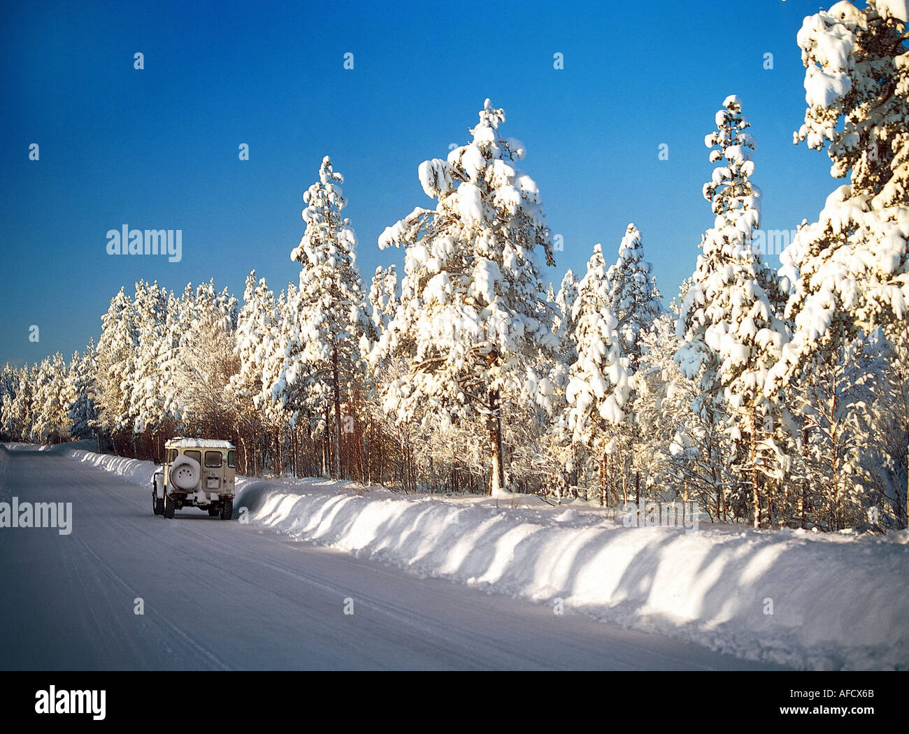 geography / travel, Sweden, landscapes, province Dalarna, jeep on snow-covered road, winter, Europe, Scandinavia, landscape, sea - Stock Image