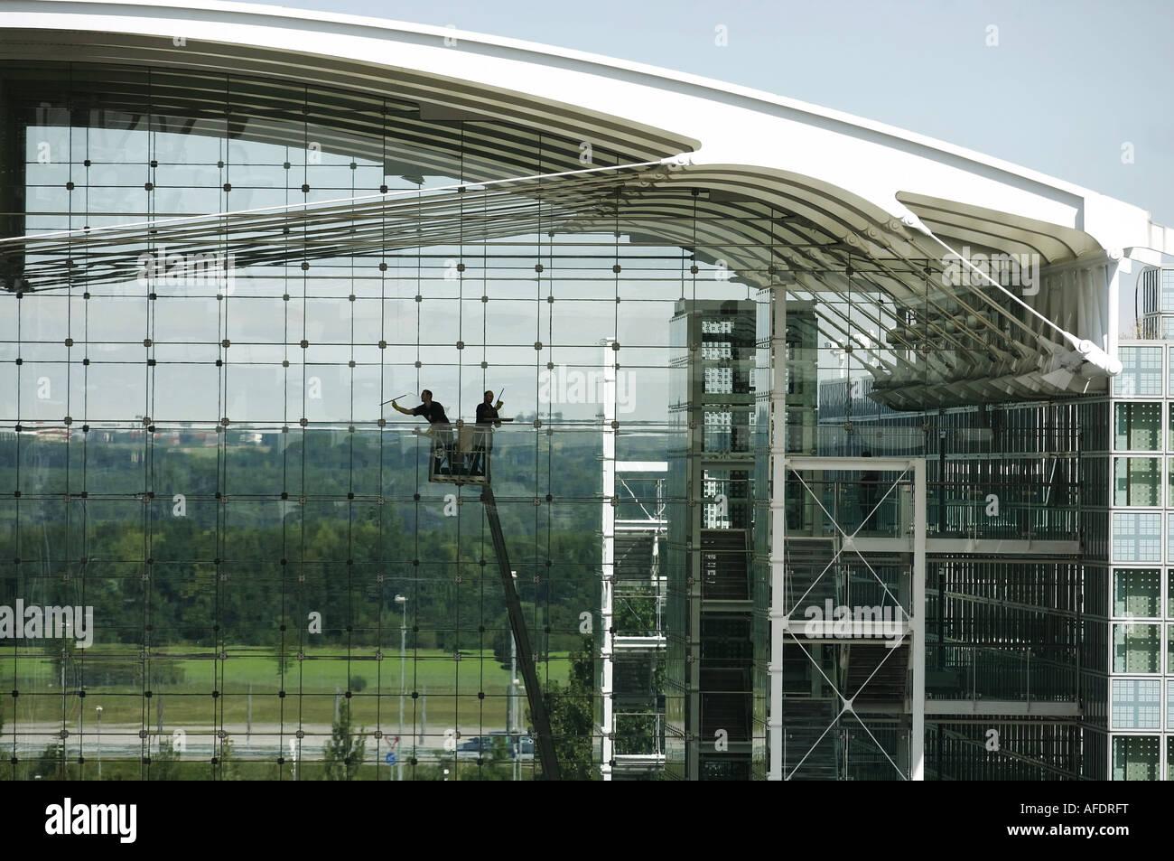 Fensterputzer putzen eine Glasfassade am Franz Josef Strauss Flughafen Muenchen Muenchen am 04 09 2007 Stock Photo