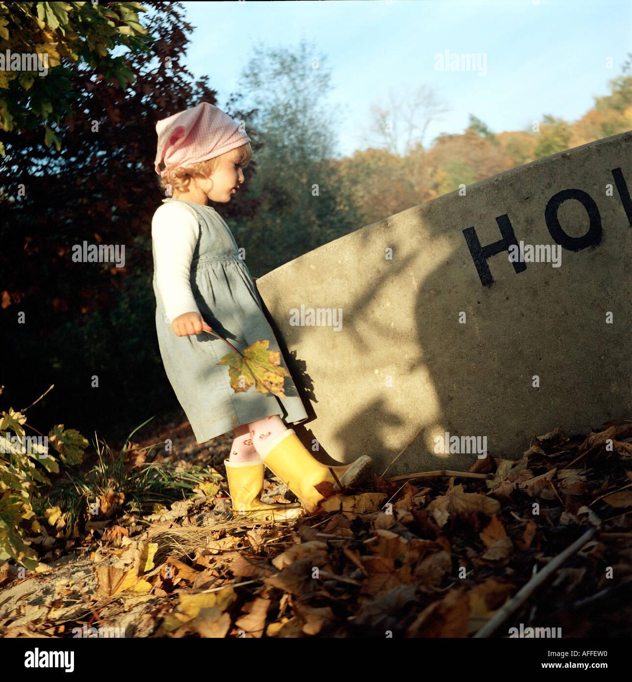 bcvr 50 4126 Zweijaehriges Kind spielt am Kinderstrand Wittenbergen an einer Betonroehre MR vorhanden - Stock Image