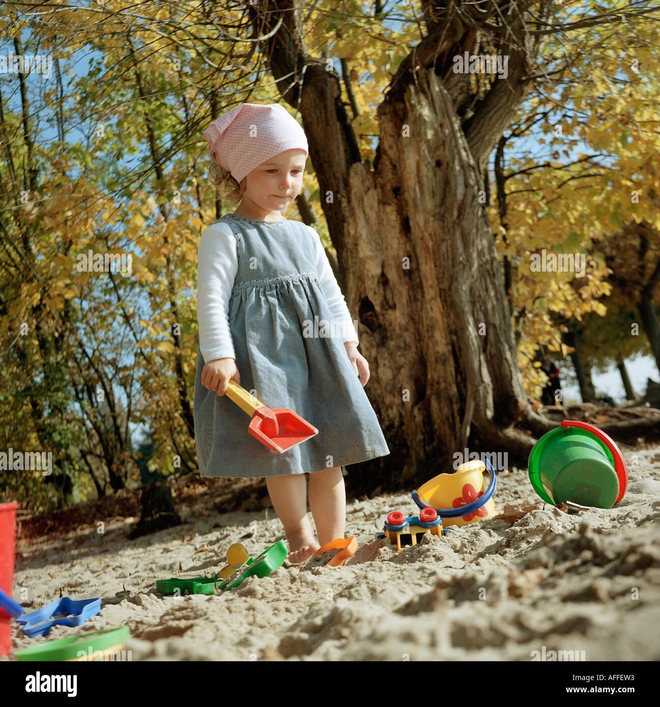 bcvr 50 4126 Zweijaehriges Kind spielt am Kinderstrand Wittenbergen im Sand MR vorhanden - Stock Image