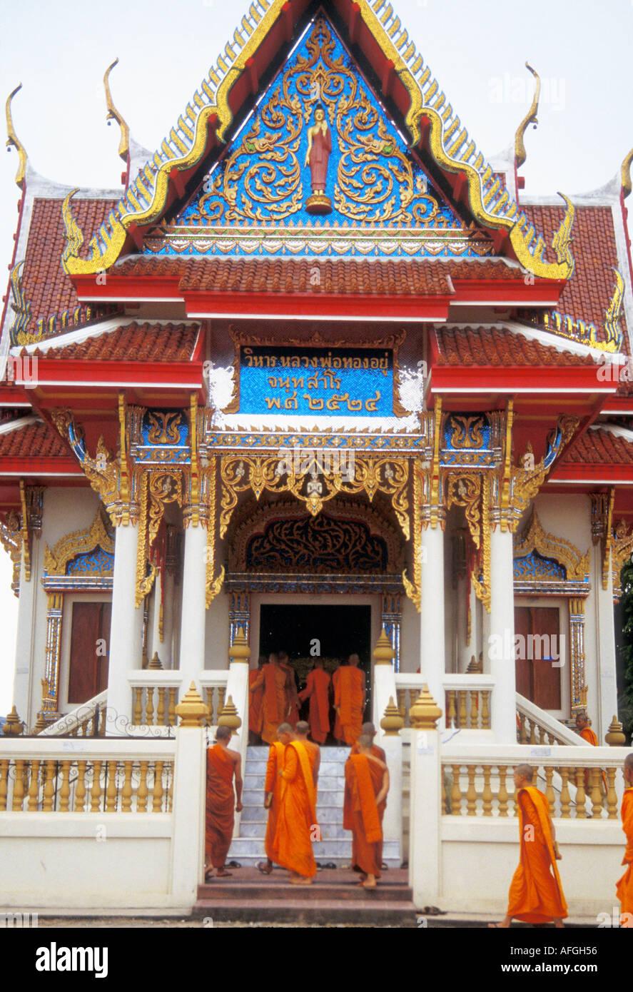 BUDDHISM monks enter a temple for prayers, Bangkok, Thailand - Stock Image