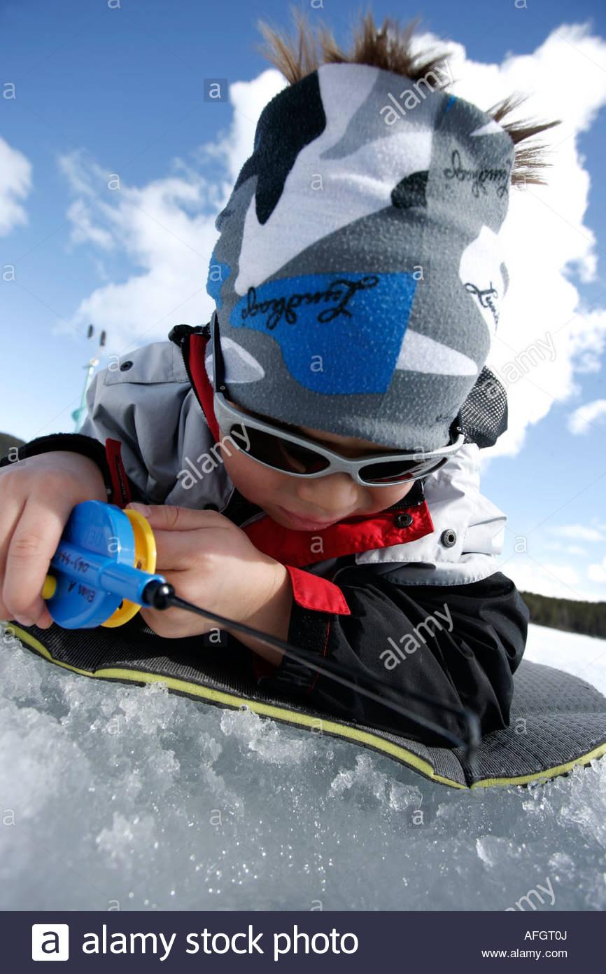 Pojke vinterfiskar - Stock Image