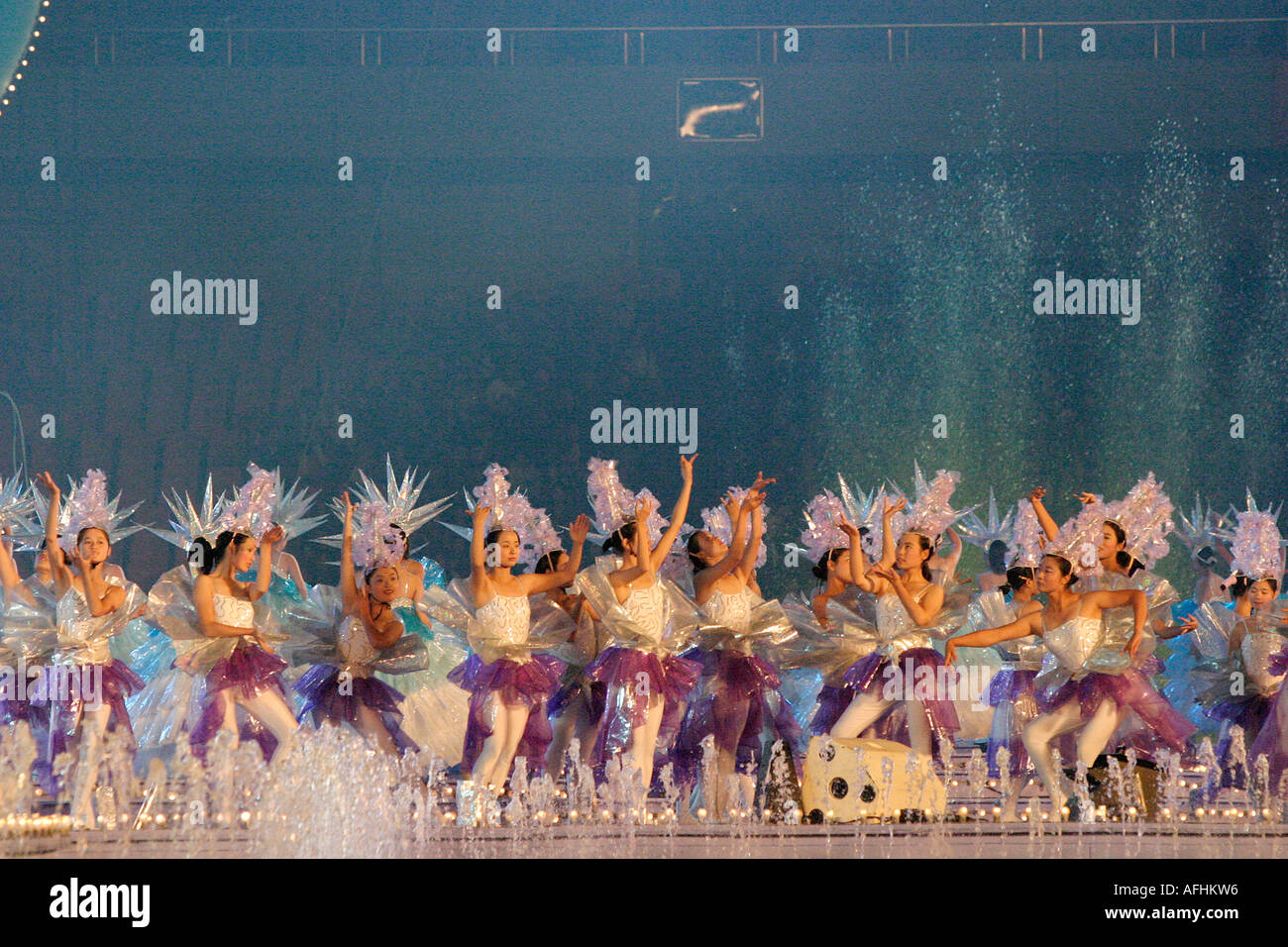 West Lake Expo, Hangzhou, China: Girl students dressed as snow flakes perform at the opening ceremony. - Stock Image