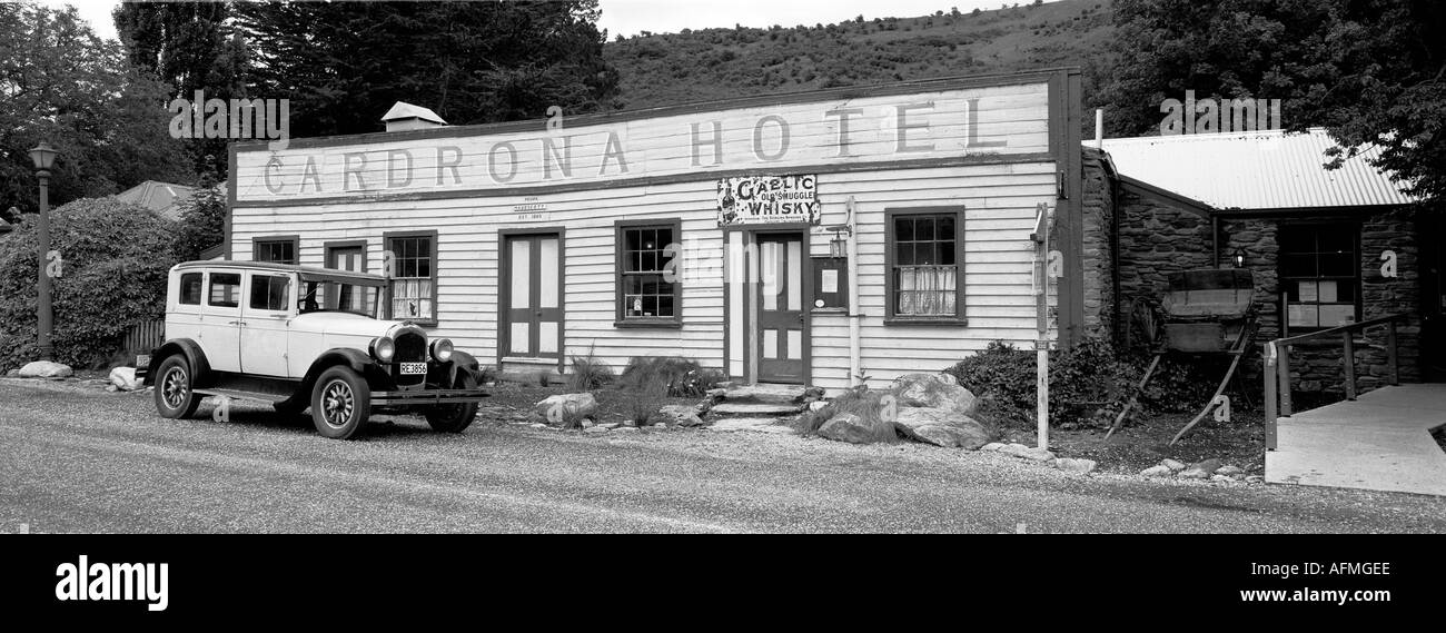 The old fashioned Cardrona hotel and car between Wanaka and Queenstown in New Zealand - Stock Image