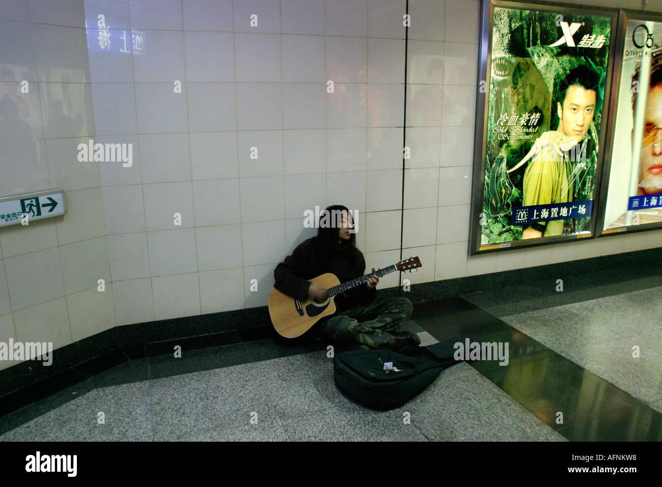 Guitarist busking - Stock Image