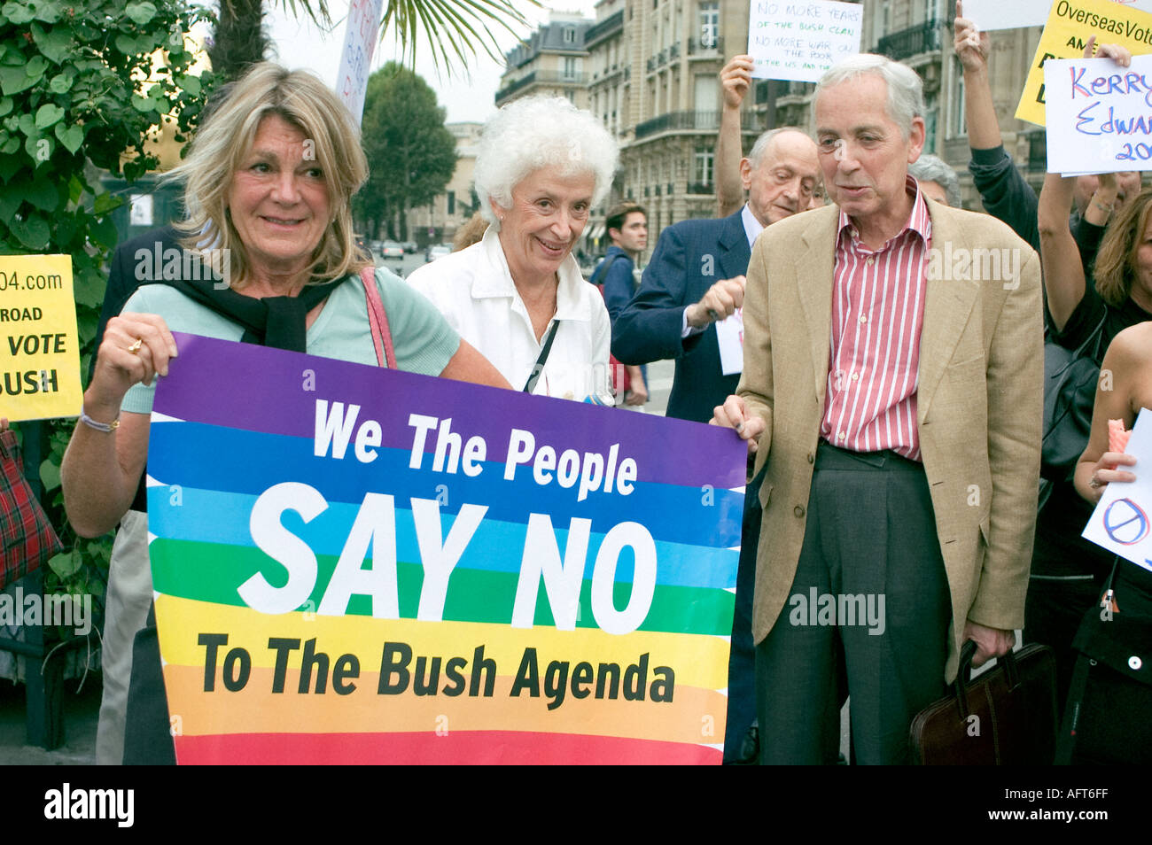 Paris FRANCE, American Seniors in 'Anti Bush' Demonstration, Holding Protest Signs - Stock Image