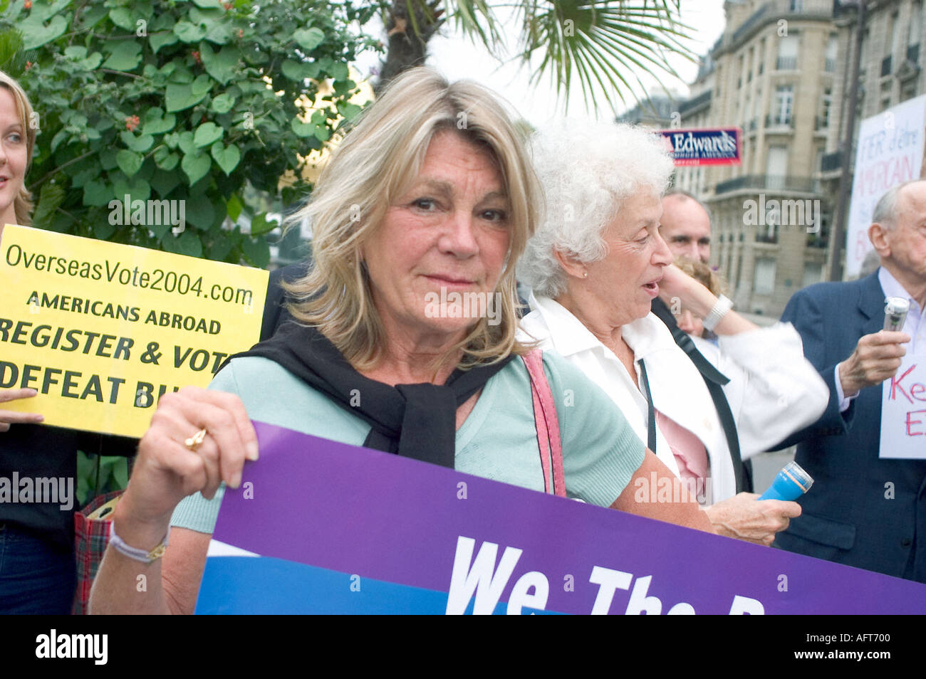 Paris FRANCE, Senior Activist in Anti-War Demonstration by American Ex patriots Dems Abroad, NGO, Association 'Connie Borde' - Stock Image