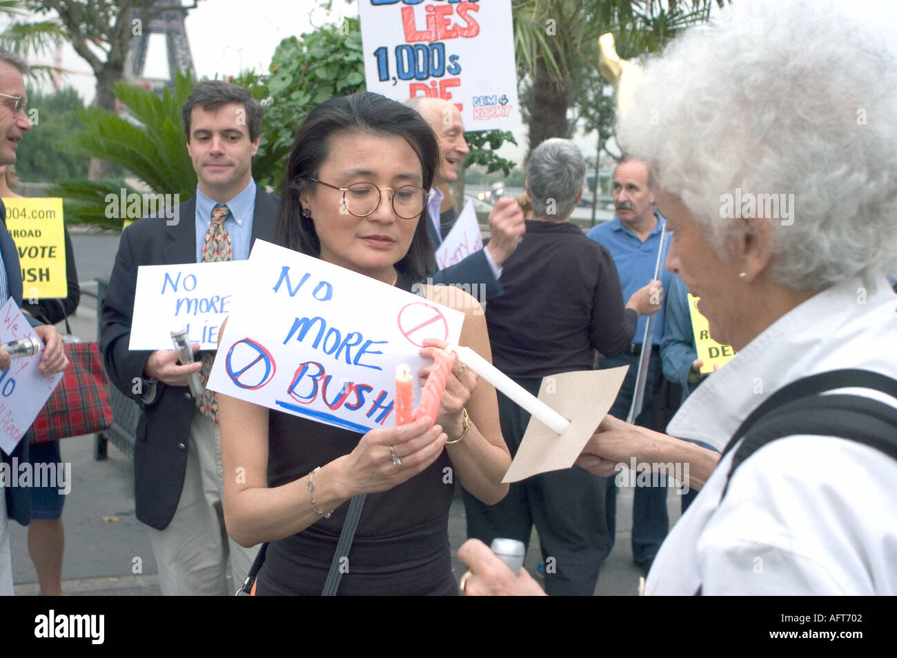Paris FRANCE, 'Asian Woman' in 'Anti Bush' Demonstration by American Ex patriots in Paris 'Dems Abroad' Association - Stock Image