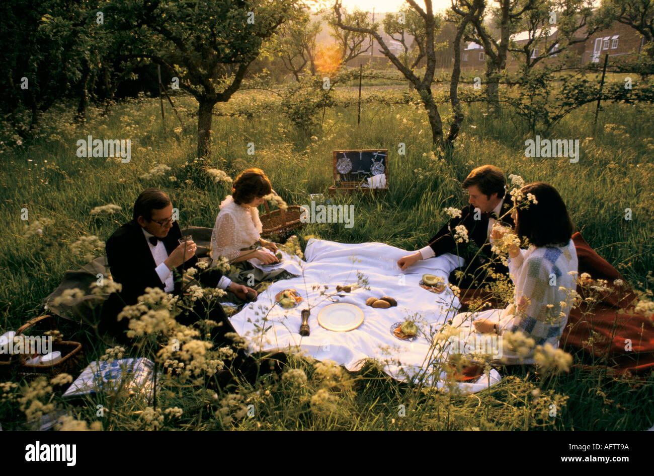 GLYNDEBOURNE FESTIVAL OPERA EAST SUSSEX PICNIC DURING INTERVAL gardens, garden  HOMER SYKES - Stock Image