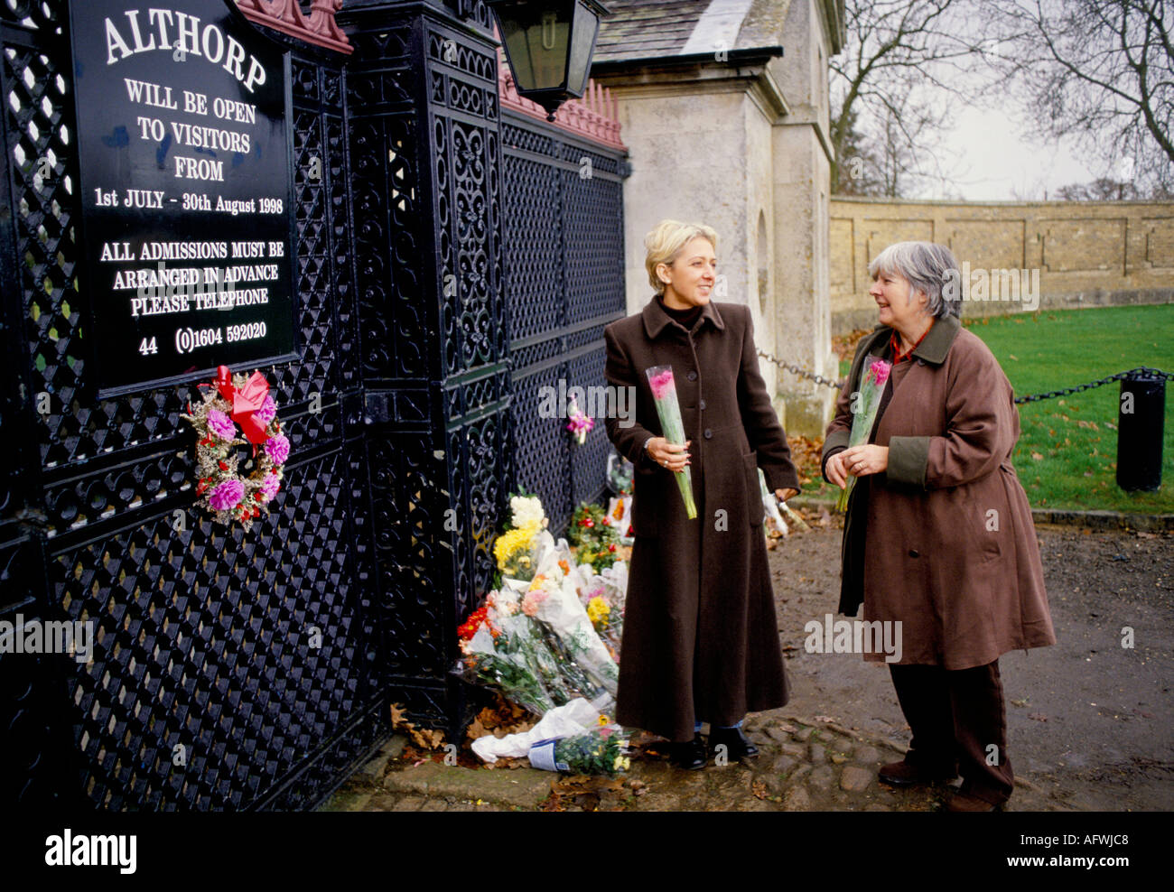 VISITORS LEAVING FLORAL TRIBUTES TO DIANA PRINCESS OF  WALES AT THE GATES OF ALTHORP HOUSE 1997  NORTHAMPTONSHIRE - Stock Image
