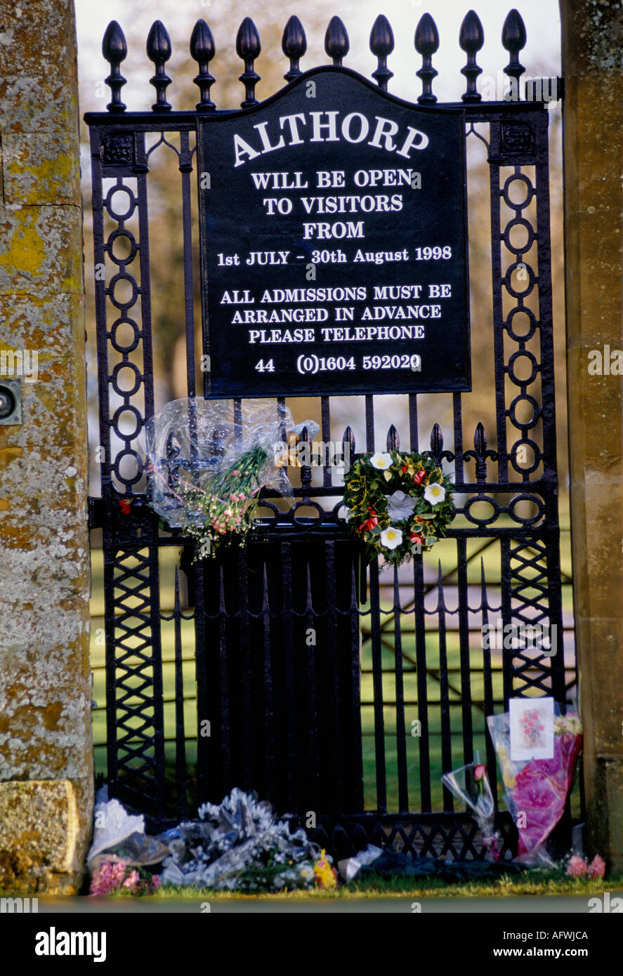 SIGN ON GATE OF ALTHORP HOUSE ANNOUNCING OPENING TIMES FLORAL  TRIBUTES TO DIANA PRINCESS OF WALES 1997 - Stock Image