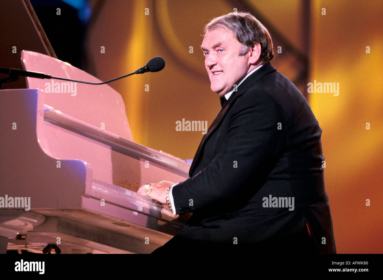 Les Dawson on stage playing the piano 1990s 1993, 90s,  Uk  1995 HOMER SYKES - Stock Image