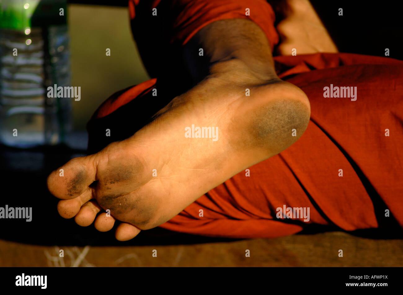 schmutzige Füße eines barfußlaufenden Mönches Burma Myanmar - Stock Image