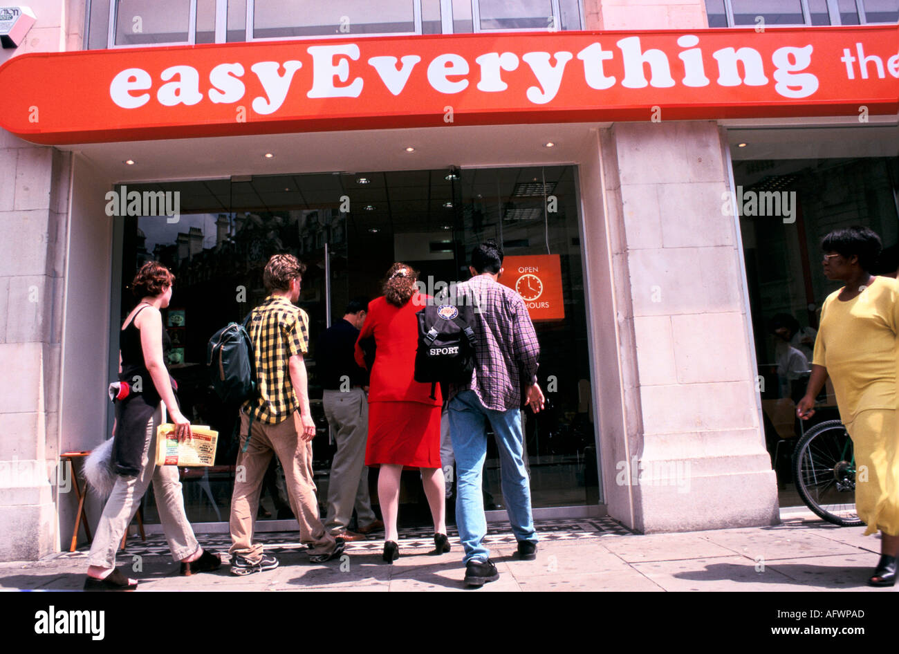 EASYEVERYTHING INTERNET SHOP LONDON UK  ENTRANCE TO THE VICTORIA CAFE 1999 HOMER SYKES - Stock Image