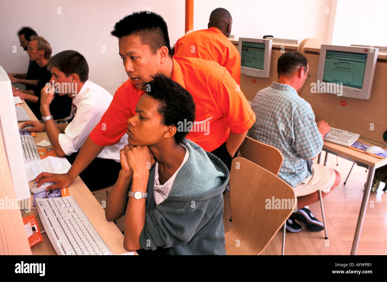EASY EVERYTHING INTERNET CAFE VICTORIA  LONDON UK HELP IS AVAILABLE FROM THE  MANY TECHNICIANS 1999 - Stock Image